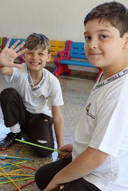meninos felizes brincando de pegar palito